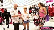 Ласковая блондинка с хорошим телом резвится с горячим лысым продавцом в магазине